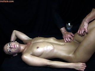 Adolescentes seduzidos pela massagem erótica