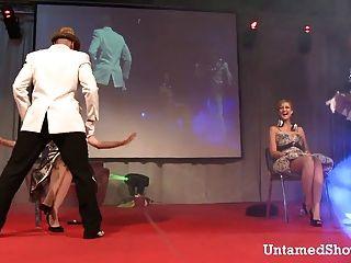 Dois strippers masculinos dançando sujo no palco