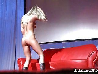 Garota slutty ficando naughty na frente da multidão