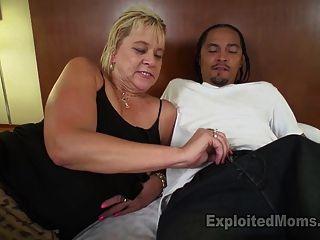 Slutty loira avó fica ligado por falar sujo