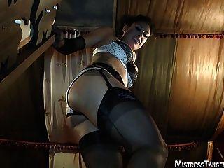 Senhora tangente pé fetiche rosto sentando femdom