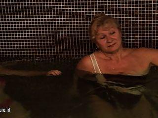 Senhoras maduras no chuveiro e sauna
