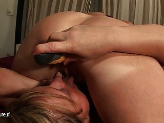 Kinky maduras lésbicas assumir eachothers muff