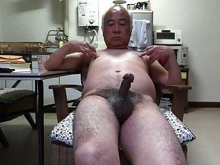 Contração do pênis do homem velho japonês aos bocais do toque