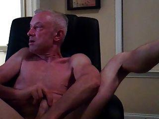 Papai masturbando em cadeira de computador