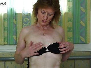 A mamã britânica magro horny começa impertinente