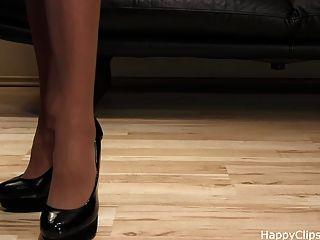 Anique passos muito agradável sapato em um salto alto preto