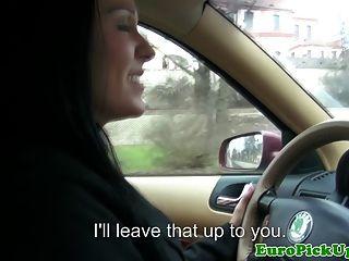 Puxado motorista de táxi fêmea chupando galo
