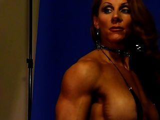 Deusa do músculo sexy no estúdio 2