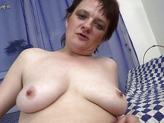 Mãe amadora ainda gosta de se masturbar