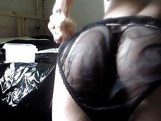 Dildofun com cetim preto e calcinha de nylon