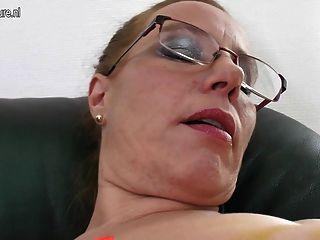 Mamãe nerdy com boceta velha e tits saggy