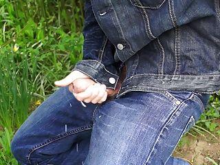 Bonito galo em jeans divertindo