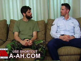 Soldado britânico recebe ass batendo por soldado americano