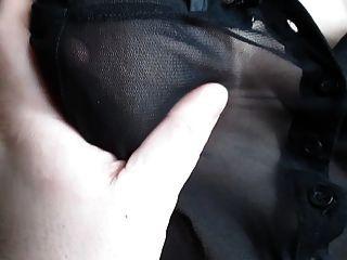 Tocando seus peitos em uma blusa ver através