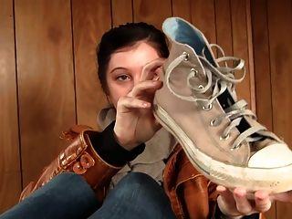 Meias suadas, pés sapatos