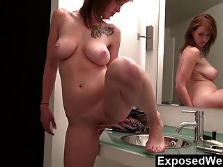 Sara orgasmos no banheiro