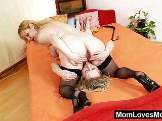 Mães amadoras fodendo um ao outro com um vibrador