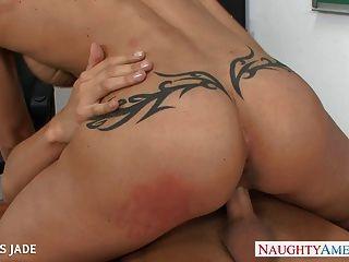 Jóias tatuadas jade fuck em sala de aula