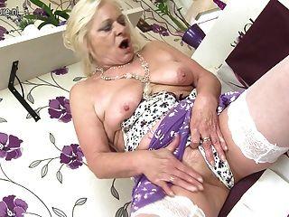 Avó velha surpreendente com vagina faminta