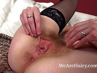 Josselyn peludo menina masturbando-se com o vibrador elegante