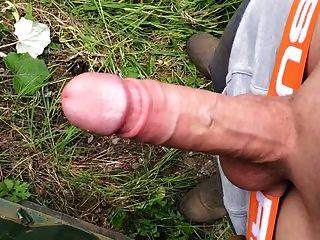 Jogo com meu pau duro branco grande ao ar livre!