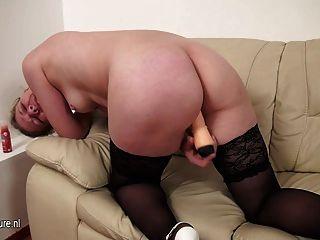 Amada madura mama adora brincar no sofá
