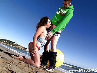 Pornstar francês charlotte burro fodido na praia