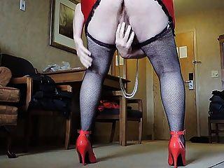 Sissy ray em mini-saia vermelha e meias de rede preta