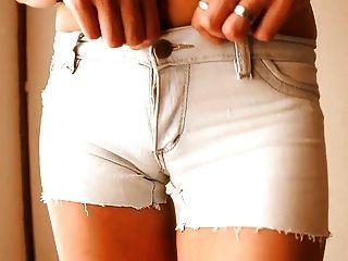 Mais ass redondo teen!Vestindo shorts denim apertado!+ Cameltoe!