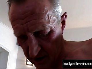 Adolescente bronzeado é fodido por um cara velho