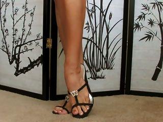 Babe mostra sua coleção de sapatos ... super sexy feet !!!