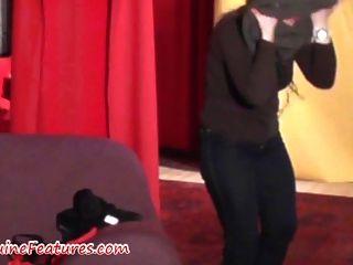 Cumshot em tetas em backstage clip real