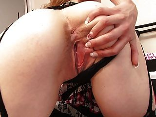 Curvy jovem loira parece deslumbrante no laço sexy e meias
