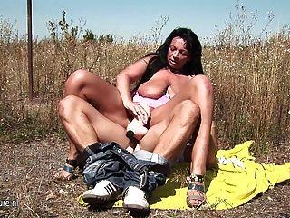 Milf fodendo amador quente em um campo aberto