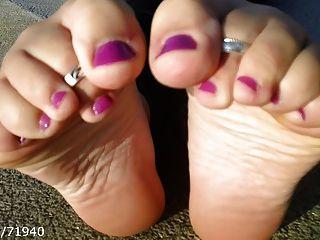 Solas de pés cândidas e remoção de sapatos