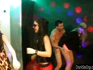 Putas bissexuais fodendo no clube