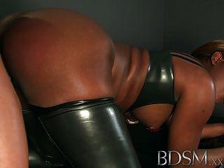 Bdsm xxx enjaulado e shackled escravos obter uma boa bofetada