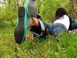 Erica balançando seus ballet planos com solas descalças preview