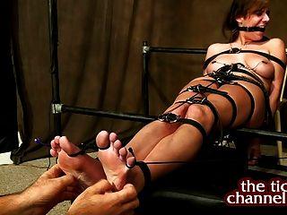 Dedo do pé ligado, cócegas, situação difícil