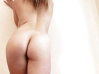 Safira se masturba na cama usando saltos sexy