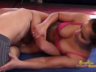 Bruxa sexy wrestling coloca submissa em espera