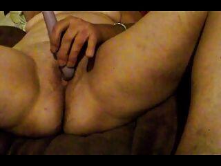 Masturbando-se em um orgasmo intenso.