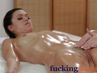 Salas de massagem lésbicas jovens sexy têm diversão oleosa