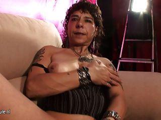 Velha mãe bruta masturba-se no sofá de fundição