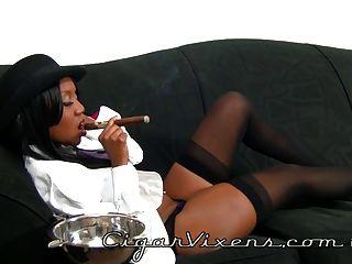 Nina fuma um charuto