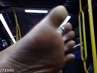 Pés e soles abertos no ônibus