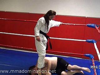 Beatdowns misturados do headscissor da luta que humilham a humilhação