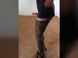 Galo balançando em leggings de leopardo