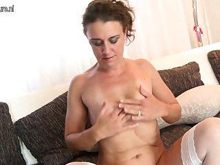 Madura mãe com seu bichano piercing